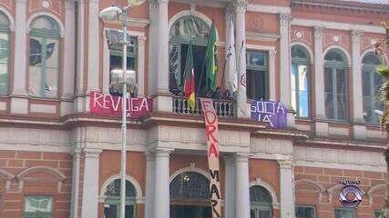 Servidores municipais em greve ocupam a Prefeitura de Porto Alegre