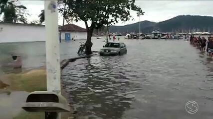 Maré sobe e inunda Centro Histórico de Paraty, na Costa Verde do Rio