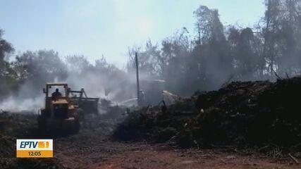Equipes da Prefeitura de Conchal trabalham para apagar incêndio que já dura cinco dias
