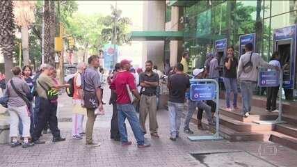 Venezuelanos enfrentam longas filas para sacar dinheiro após mudança de moeda