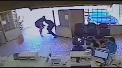 Imagens mostram PM à paisana sendo baleado durante assalto a agência dos Correios