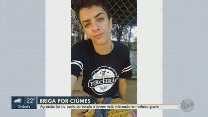 Jovem é agredido com socos e chutes na cabeça em frente a escola em Jardinópolis, SP