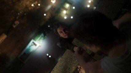 Remy reaparece para Karola e ameaça jogá-la da janela