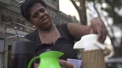 Crise dos informais: quase 500 mil brasileiros sem emprego vendem quentinhas na ruas
