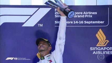 Lewis Hamilton levanta o troféu do GP de Cingapura