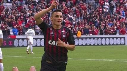 Gol do Atlético-PR! Gum afasta errado e Raphael Veiga solta a bomba, aos 17' do 1ºT