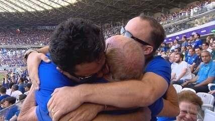 Filhos atleticanos vestem a camisa do time rival para homenagear o pai cruzeirense