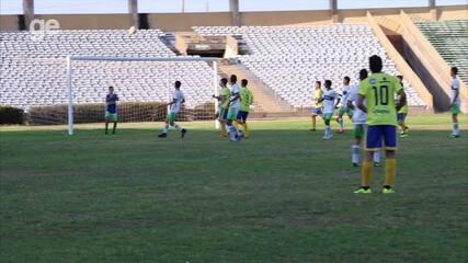 Zoado por torcida após falha, goleiro é defendido pelo técnico