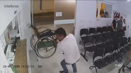 Paciente que estava aguardando atendimento tenta destruir recepção de hospital em Itapema