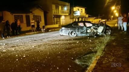 Motorista perde controle, bate carro em prédio e foge do local do acidente