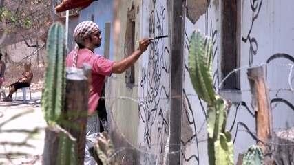 Artista leva cor a vila de artesãos cinzenta no Vale do Jequitinhonha
