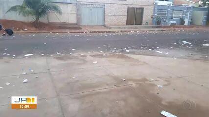 Telespectadora envia vídeo flagrante de santinhos jogados no chão após comício de político