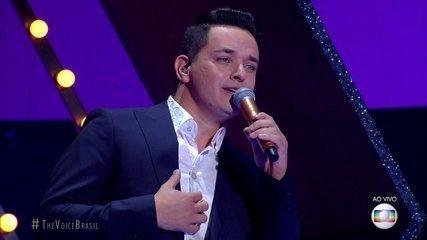 """Léo Pain canta """"Adoro Amar Você"""""""