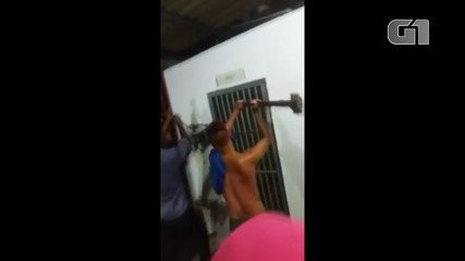 Vídeo mostra momento em que populares quebram cela com marreta para linchar suspeito