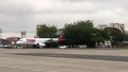 Avião bate em árvore durante manobra no aeroporto de Congonhas