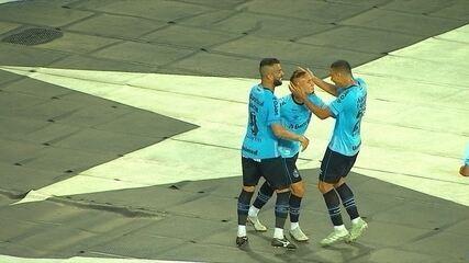 Golaço do Grêmio! Everton recebe na área e finaliza de calcanhar, aos 47 do 2º