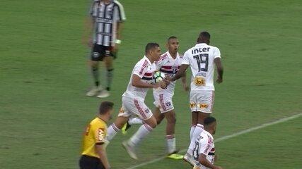 Gol do São Paulo! Reinaldo levanta na área e Carneiro empurra para o gol, aos 16 do 2º