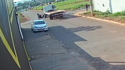 Vídeo mostra acidente em cruzamento