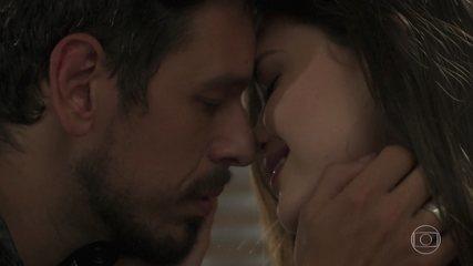 'Espelho da Vida': Alain (João Vicente de Castro) declara seu amor a Cris (Vitória Strada)