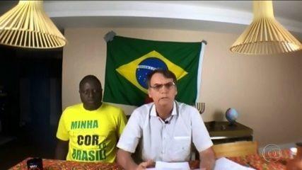 Candidato do PSL, Bolsonaro, passa o dia em casa e faz transmissão ao vivo em rede social