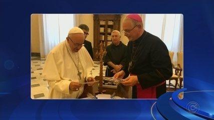 Frei visita papa Francisco no Vaticano e entrega convite de inauguração de barco hospital
