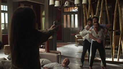 Laureta atira em Valentim e Karola se joga na frente