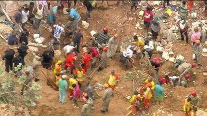 Bombeiros trabalham no resgate de vítimas de deslizamento em morro de Niterói