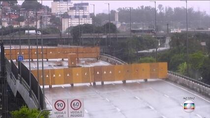 Técnicos trabalham para escorar viaduto que cedeu na Marginal Pinheiros, em Sao Paulo