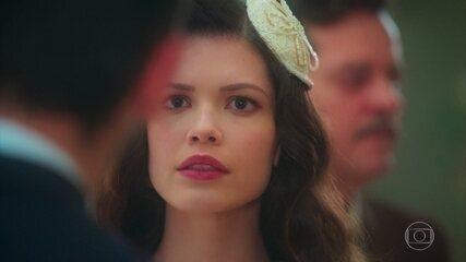 Cris/Julia (Vitória Strada) ouve as badaladas do relógio e corre, em cena de 'Espelho da Vida'