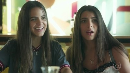 Pérola organiza um chá de bebê para Camila e Márcio