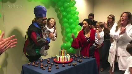 Brown é surpreendido com festa de aniversário
