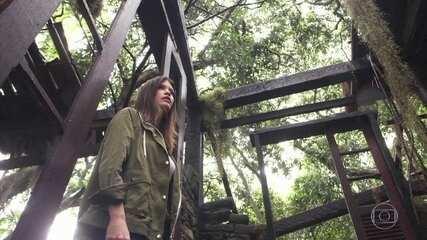 Cris passeia pelos escombros da cabana de Danilo