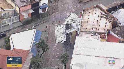 Tempestade arranca telhado de imóvel na Região da Pampulha, em Belo Horizonte