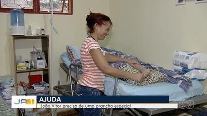 Família pede ajuda para menino que precisa ficar acamado, em Goiânia