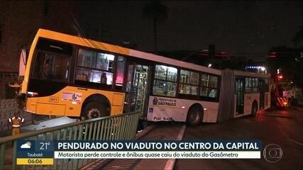 Motorista perde o controle e ônibus quase cai de viaduto de SP