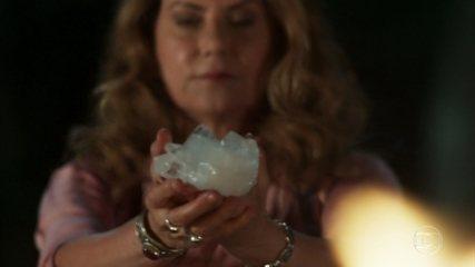Edméia/Grace faz uma reza e tem uma visão na casa de Julia Castelo