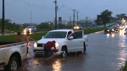Chuva forte causa vários pontos de alagamento em Londrina