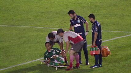 Guilherme Vieira torce o tornozelo enquanto marca o gol do Palmeiras e deixa o campo de maca, aos 18' do 1°T