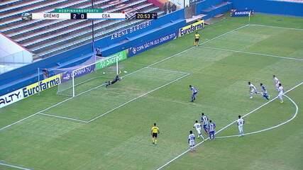 João Guilherme dá um pisão no pé de Gravatal dentro da grande área e árbitro marca pênalti. Léo bate penalidade e Chapecó defende