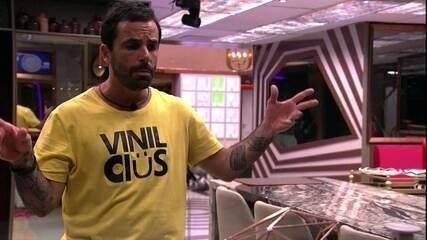 Vinicius dança e fala sozinho pela casa do BBB19