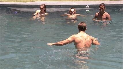 Brothers tomam banho de piscina