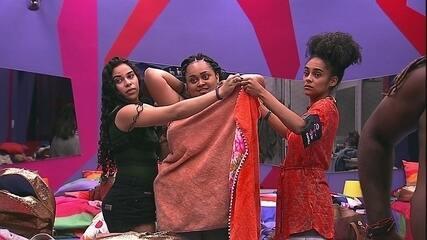 Gabriela e Elana seguram toalha e ajudam Rízia a trocar de roupa