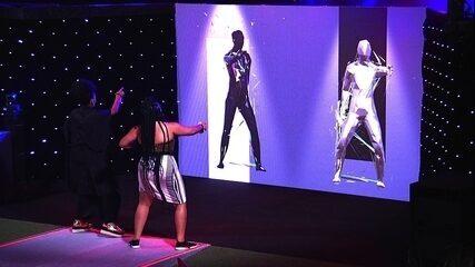 Gabriela e Rízia dançam animadas no painel de bailarinos