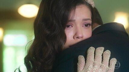 Gustavo leva Cris/Julia até o hospital