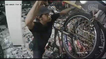 Câmeras de monitoramento flagraram homens invadindo prédio e furtando bicicletas