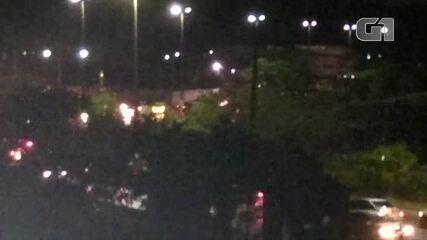 Após chuva, avenida Wilson Mendes, em Cabo Frio, RJ, ficou com o trânsito congestionado