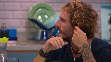 Alan comenta com brothers: 'É Paulinha que faz a cabeça de Hariany'