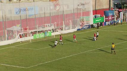 Bruno Rodrigues faz a jogada na velocidade e aciona Bergson, mas o atacante perde o gol