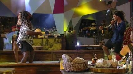 Rodrigo e Danrley se jogam no passinho de funk
