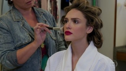 Manuzita (Isabelle Drummond) se prepara para teste na novela 'Top Model'